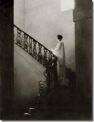 donna sulle scale